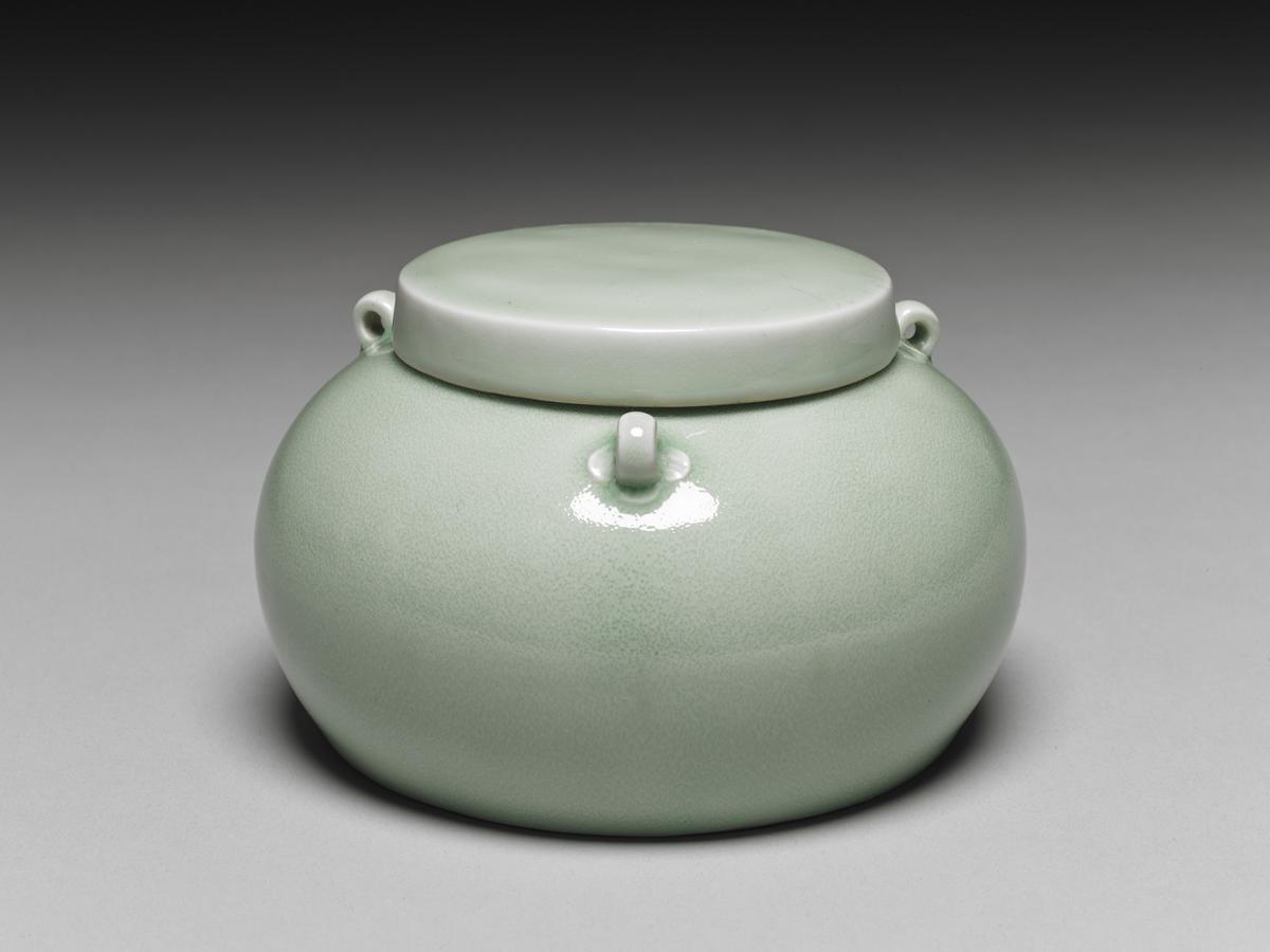 Ming: Lidded Jar with Three Knots in Emerald Green Glaze