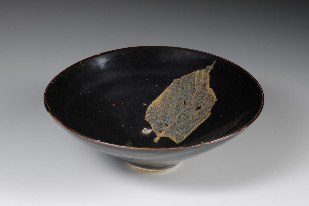 song_jizhou_bowl-with-leaf-design